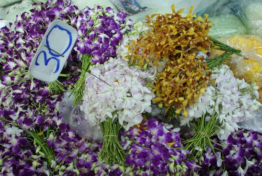 Bouquets d'orchidées au Pak Khlong Talat, le marché aux fleurs à Bangkok.