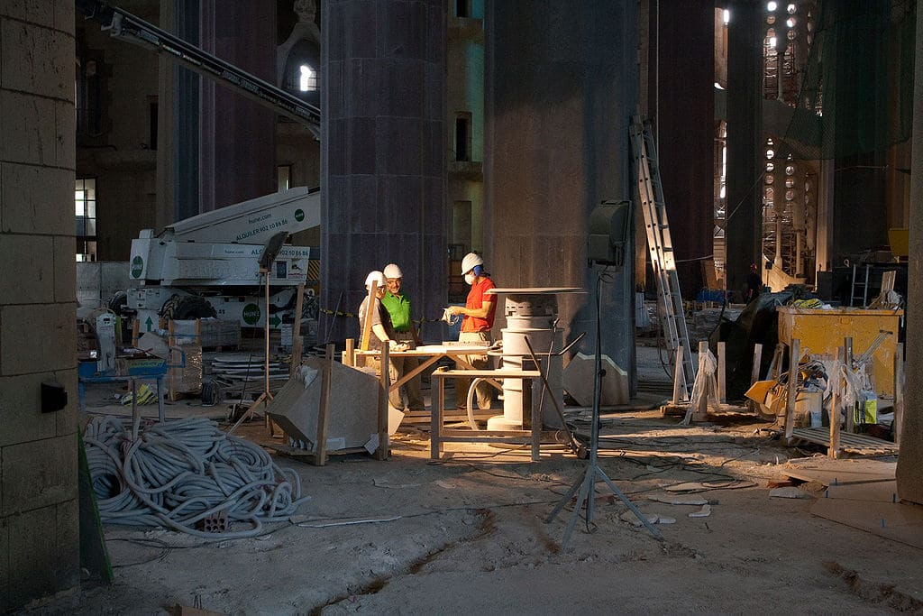 Ouvriers à l'intérieur de la Sagrada Familia en 2010 - Photo de Pachango