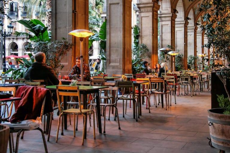 Sous les arcanes de la Plaça Reial dans le quartier de Gotico à Barcelone - Photo de Jorge Franganillo