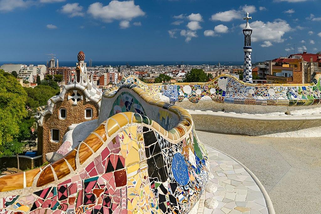 Jolis bancs en mosaique de Gaudi dans le Parc Guell du quartier de Gracia à Barcelone. Photo de Jorge Franganillo