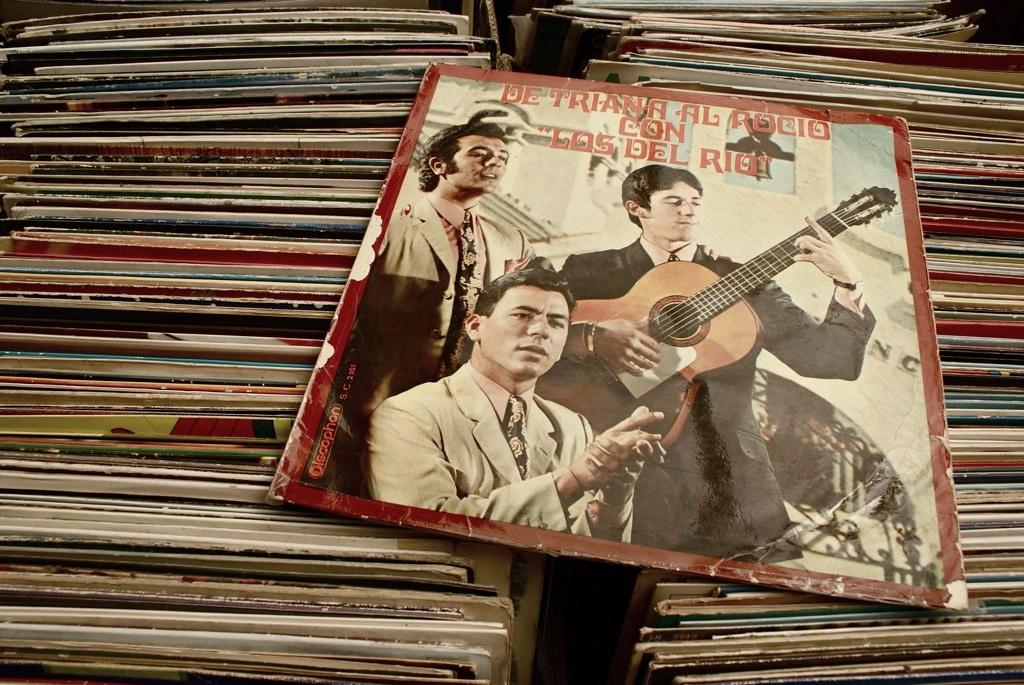 Chez un disquaire de vinyls du marché aux puces de Glories à Barcelone.
