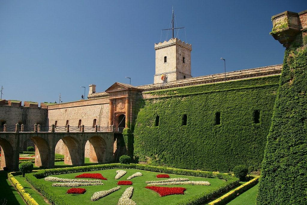 Entrée du chateau de Montjuic au sommet de sa colline à Barcelone. Photo de Jorge Franganillo