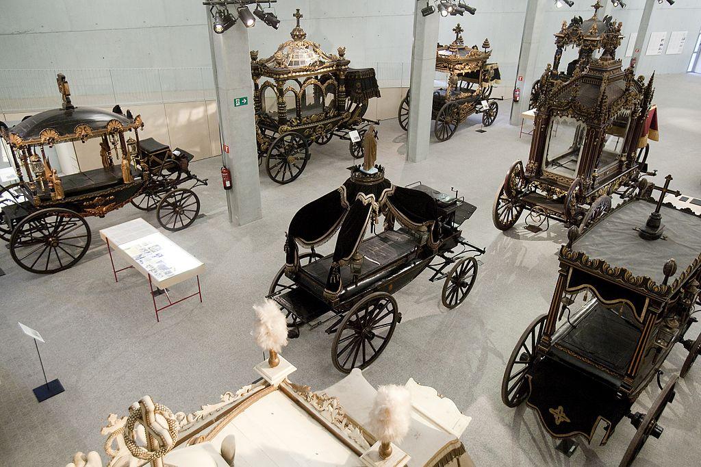 Dans le musée des chariots funeraires dans le cimetière de Montjuic à Barcelone. Photo de Cementiris de Barcelona