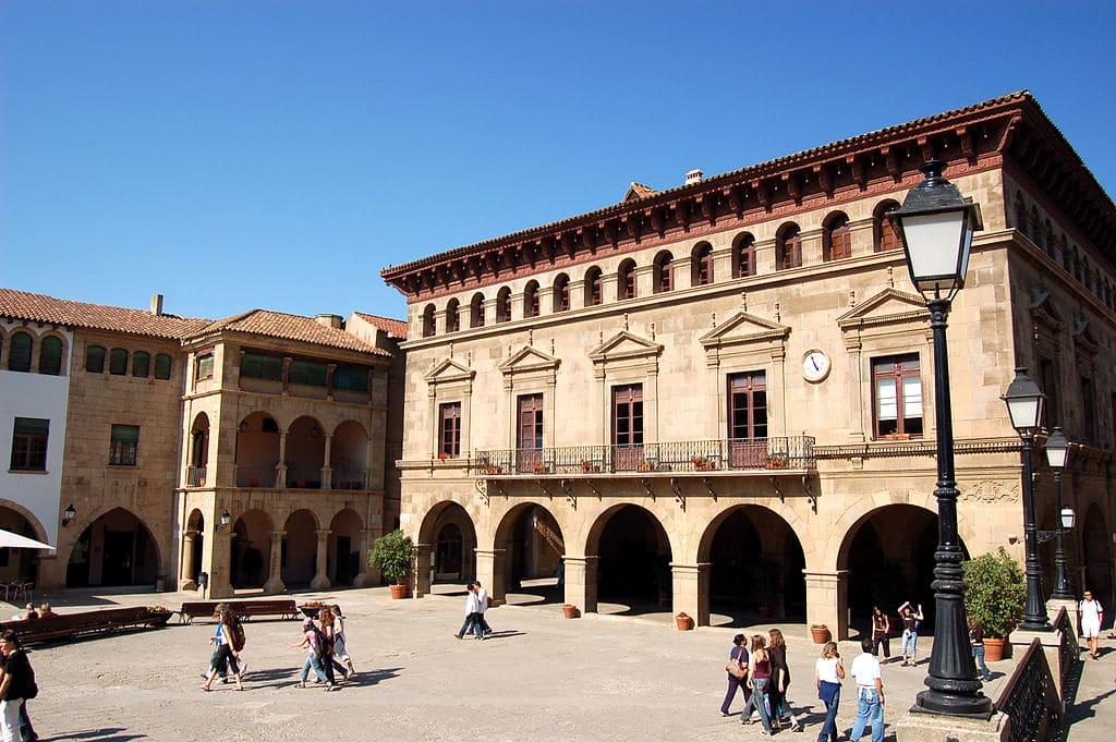 Sur une place du Poble Espanyol dans le quartier de Montjuic à Barcelone - Photo de Bjaglin