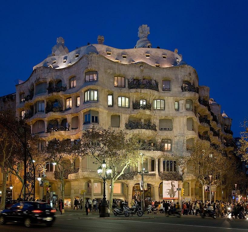 Casa Mila, construction emblématique de Gaudi à Barcelone. Photo by DAVID ILIFF. License: CC-BY-SA 3.0