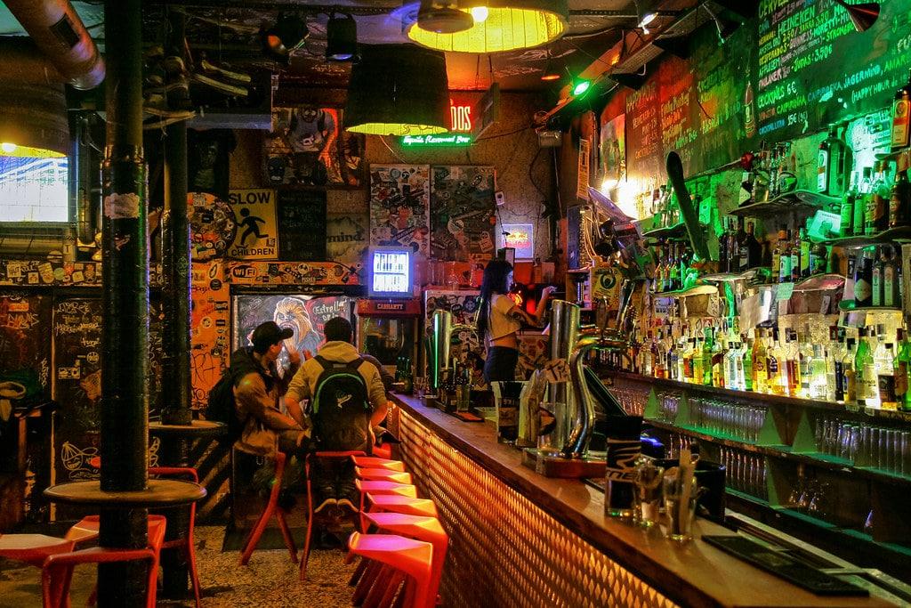 Dans le bar Nevermind du quartier du Raval à Barcelone - Photo de Jorge Franganillo