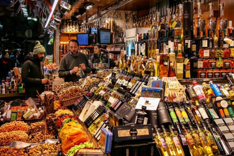 Explosion de couleurs dans le marché de la Boqueria dans le quartier du Raval à Barcelone - Photo de Jorge Franganillo