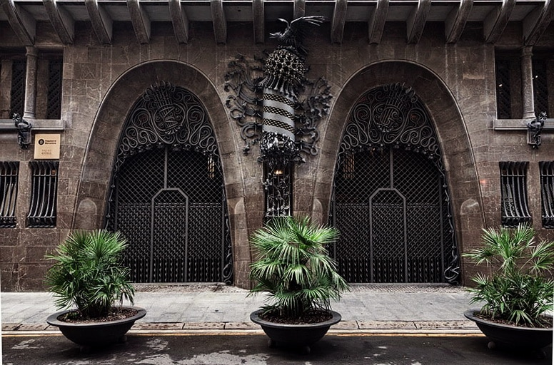 Entrée du Palais Guell réalisé par Gaudi dans le quartier du Raval à Barcelone - Photo de Seth Lemmons