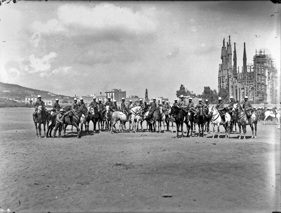 Militaires à cheval devant la Sagrada Familia à Barcelone en 1896 - Photo de Pau Audouard Deglaire