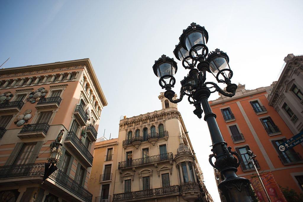 Les Ramblas de Barcelone, l'avenue est plus agréable avec les yeux vers le ciel. Photo de Mstyslav Chernov.