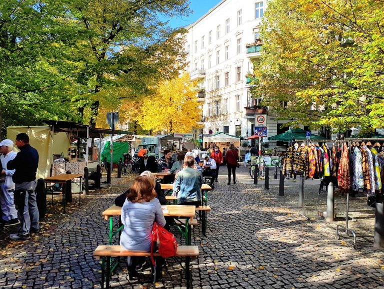 Marché sur la place de Kollwitzplatz dans le quartier de Prenzlauer Berg à Berlin - Photo de Fridolin Freudenfett