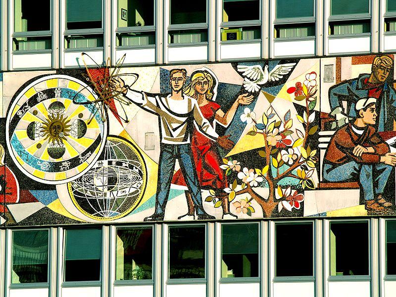Fresque communiste sur l'Alexanderplatz à Berlin.