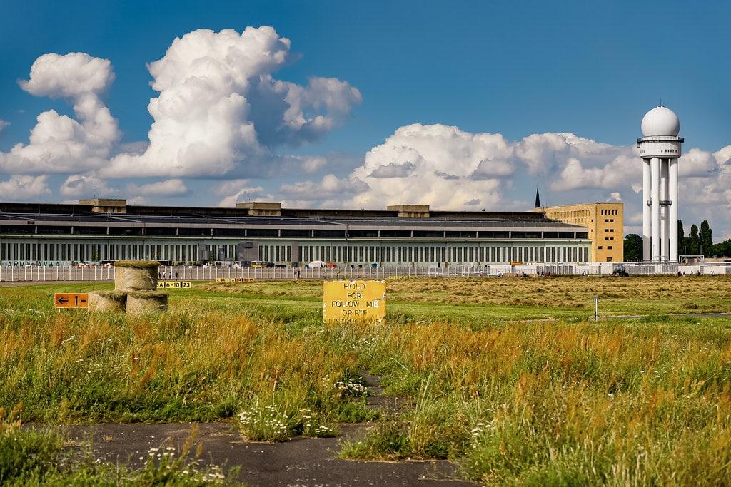 Sur le tarmac de l'aéroport désaffecté de Tempelhof au sud du quartier de Kreuzberg à Berlin. Photo de Jorge Franganillo