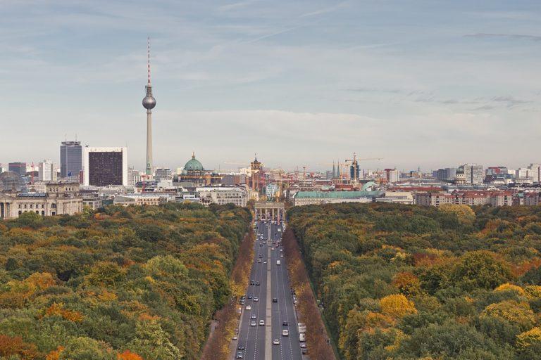 Monument : On voit la Tour de télévision de la Fernsehturm où que l'on soit à Berlin. Ici depuis la Siegessäule (« colonne de la victoire ») dans le parc du Tiergarten avec la Porte de Brandebourg en face. Photo de A.Savin