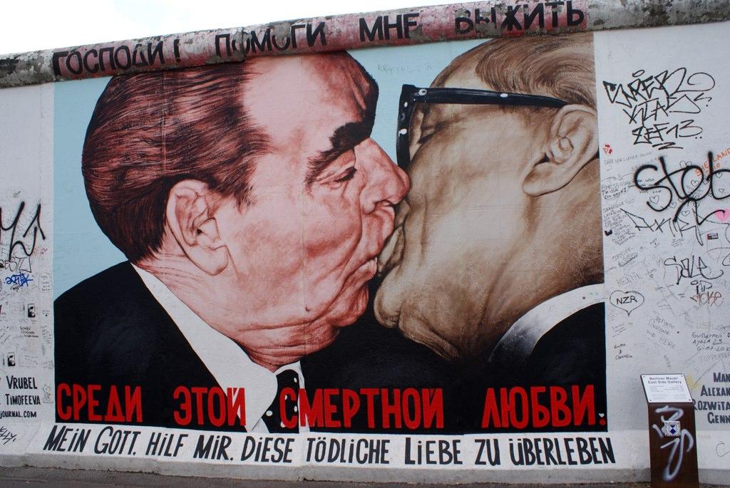Un baiser entre camarades à l'East Side Gallery de Berlin.