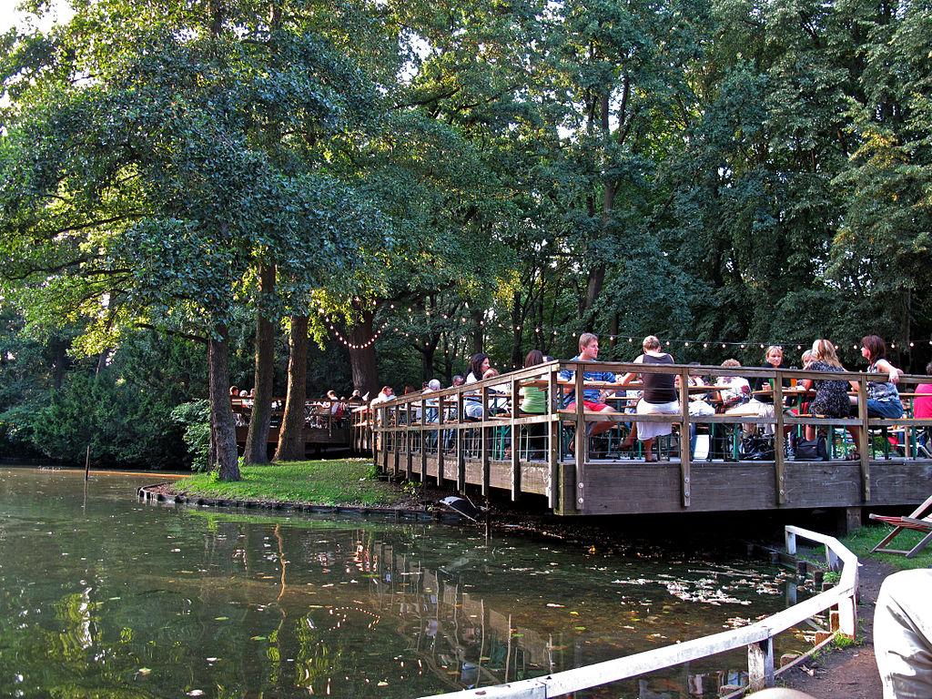 Cafe am Neuen See dans le parc de Tiergarten à Berlin.