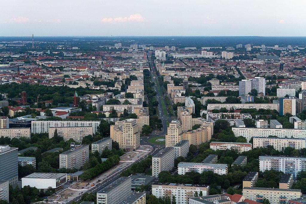 Vue sur la Karl Marx Allee à Berlin depuis la Tour de télévision - Photo de Maksym Kozlenko / Licence CC-BY-SA-4.0