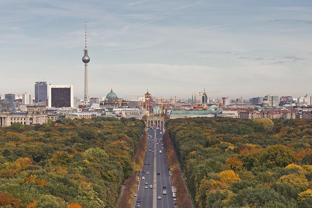 Vue sur le quartier de Mitte depuis la Colonne de la Victoire dans le parc du Tiergarten à Berlin. Photo de A. Savin