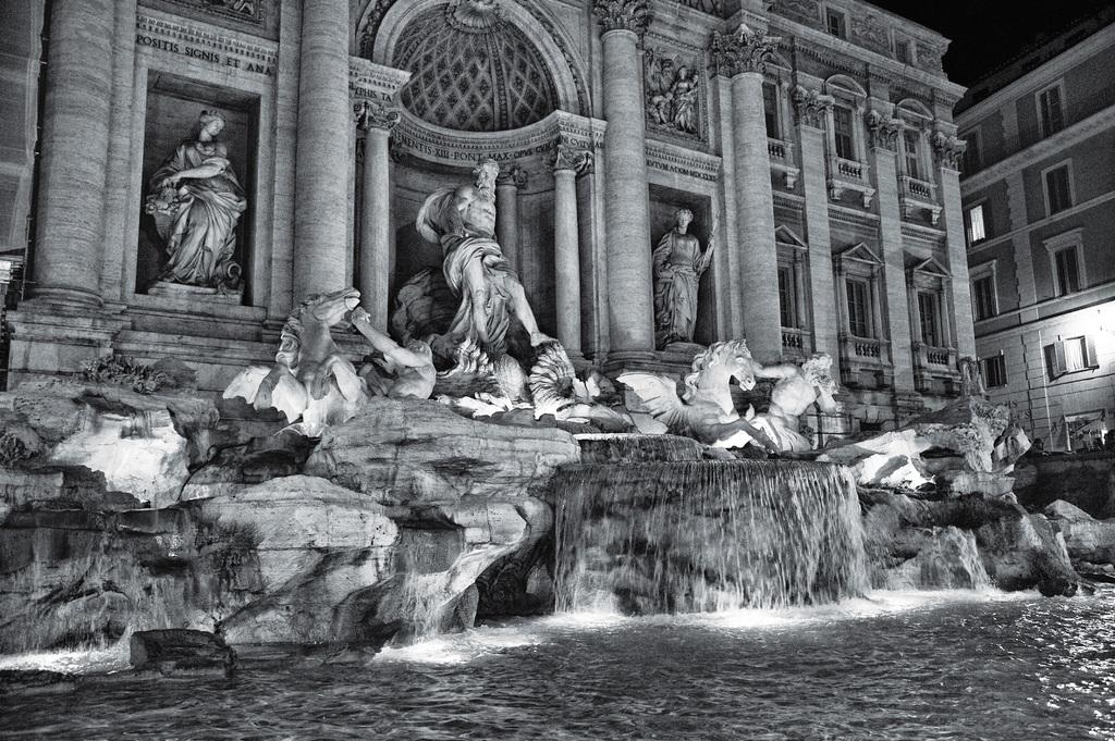 Fontaine de Trévi à Rome la nuit en noir et blanc.