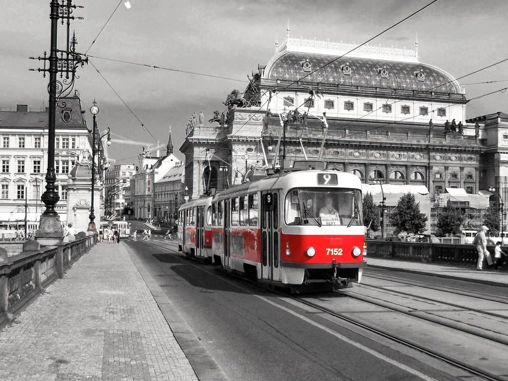 Transport en commun : Tramway à Prague devant l'Opéra.