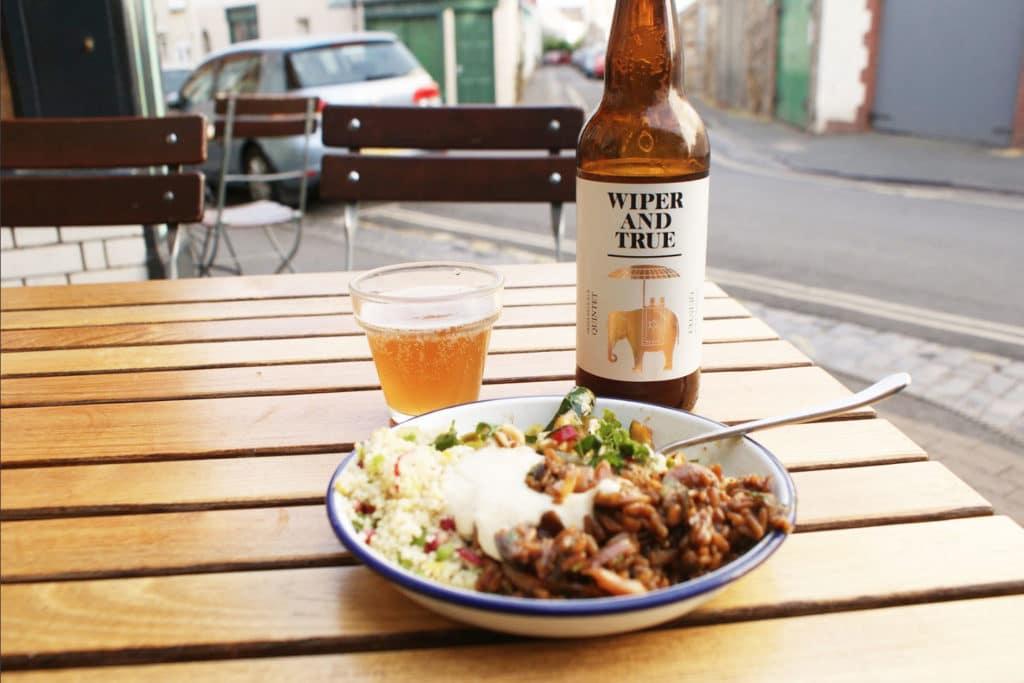 Petite salade + bière au The Bristolian à Bristol. Wiper and True est brassé 400 mètres plus bas.