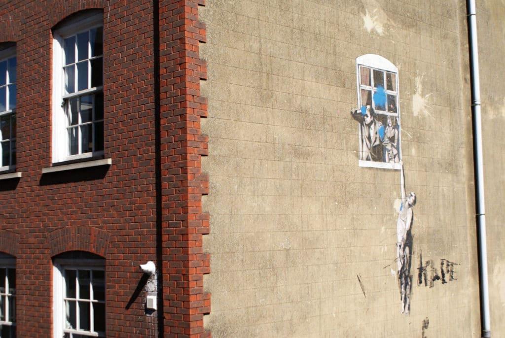> Street Art à Bristol : L'une des oeuvres les plus célèbres de Banksy.