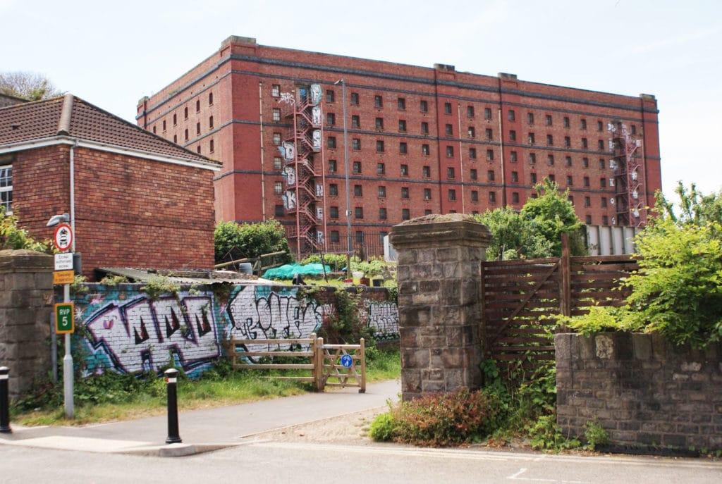 Entrepôt et street art à Bristol.
