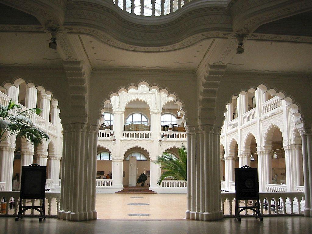 Cour du musée d'arts décoratifs de Budapest - Photo de Thaler.