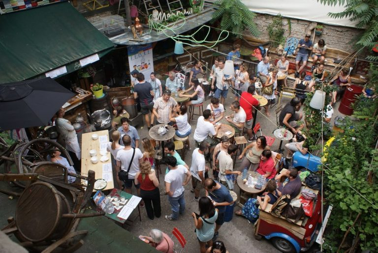 Bar Szimpla Kert à Budapest : Un bon endroit pour découvrir des bières et une ambiance assez unique.