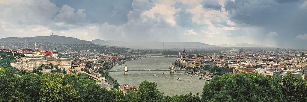 Vue depuis le mont Gellert sur Buda, le Danube et Pest. Photo de Mmullie-WMF