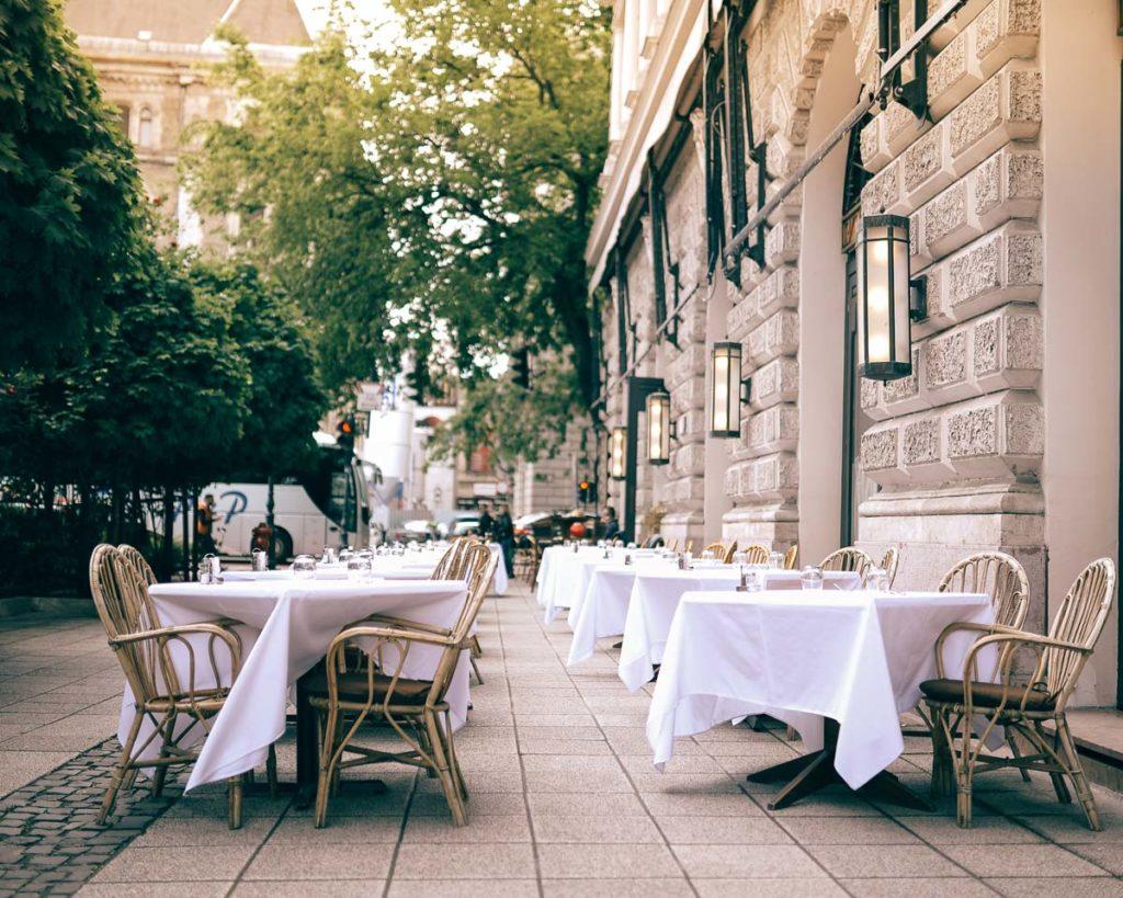 Terrasse d'un café restaurant à Budapest - Photo d'Angelo Pantazis