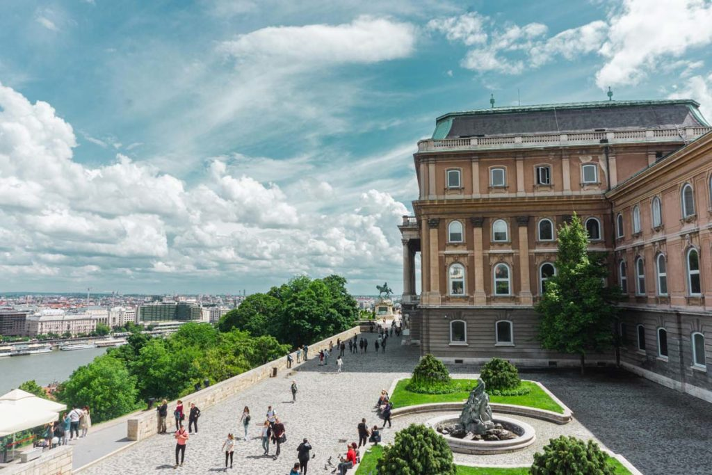 Dans la cour de la Galerie Nationale de Budapest sur la colline de Buda - Photo de Nicolas Perondi