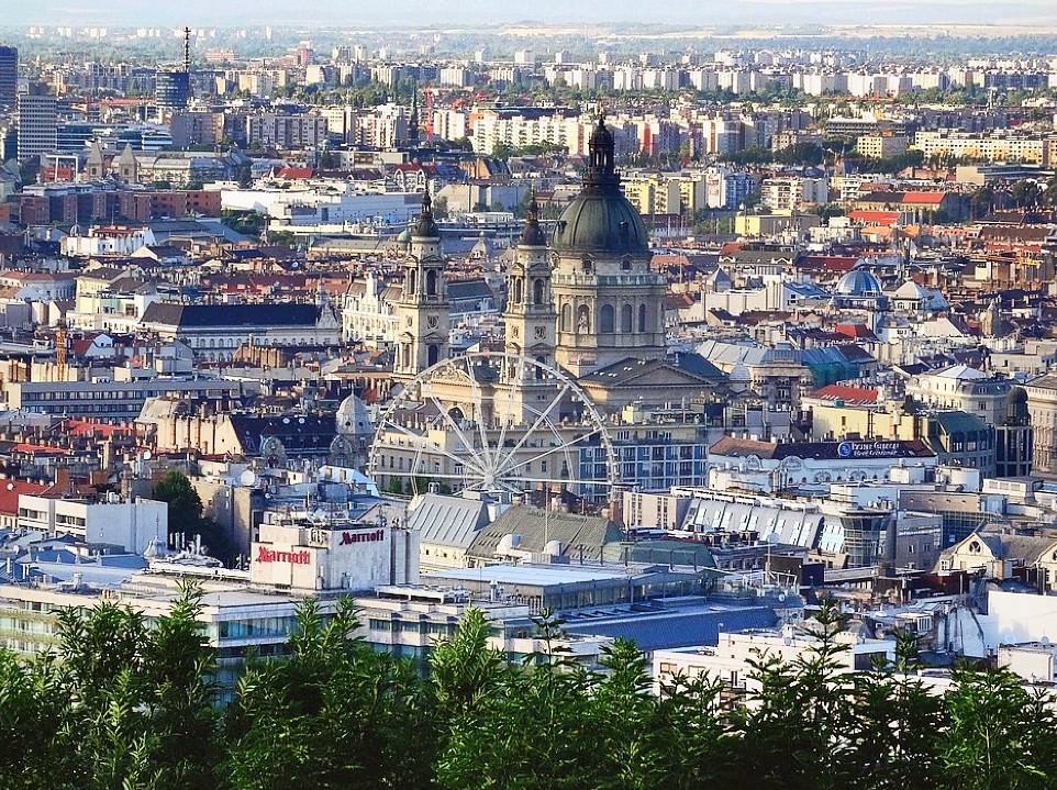 Vue sur le quartier de Pest à Budapest avec la Basilique de Saint Etienne au premier plan.