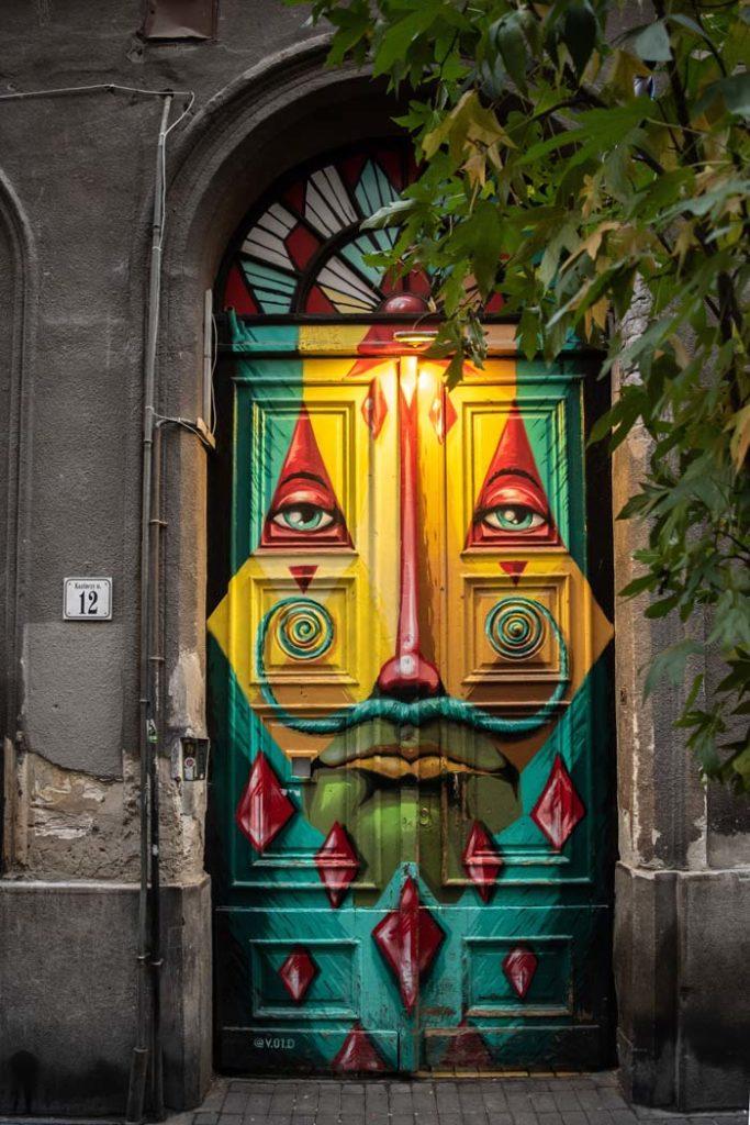 Street art sur une porte de Budapest - Photo d'Elcarito