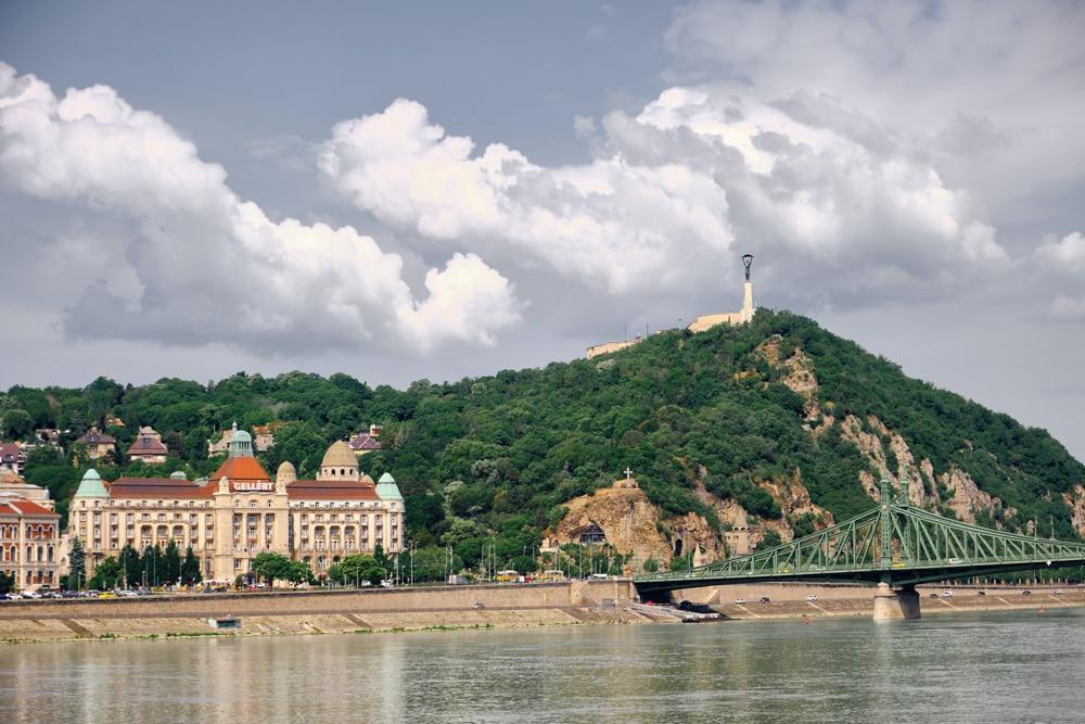 Quartier de Taban avec les bains et le mont Gellert à Budapest - Photo d'Adam Hornyak
