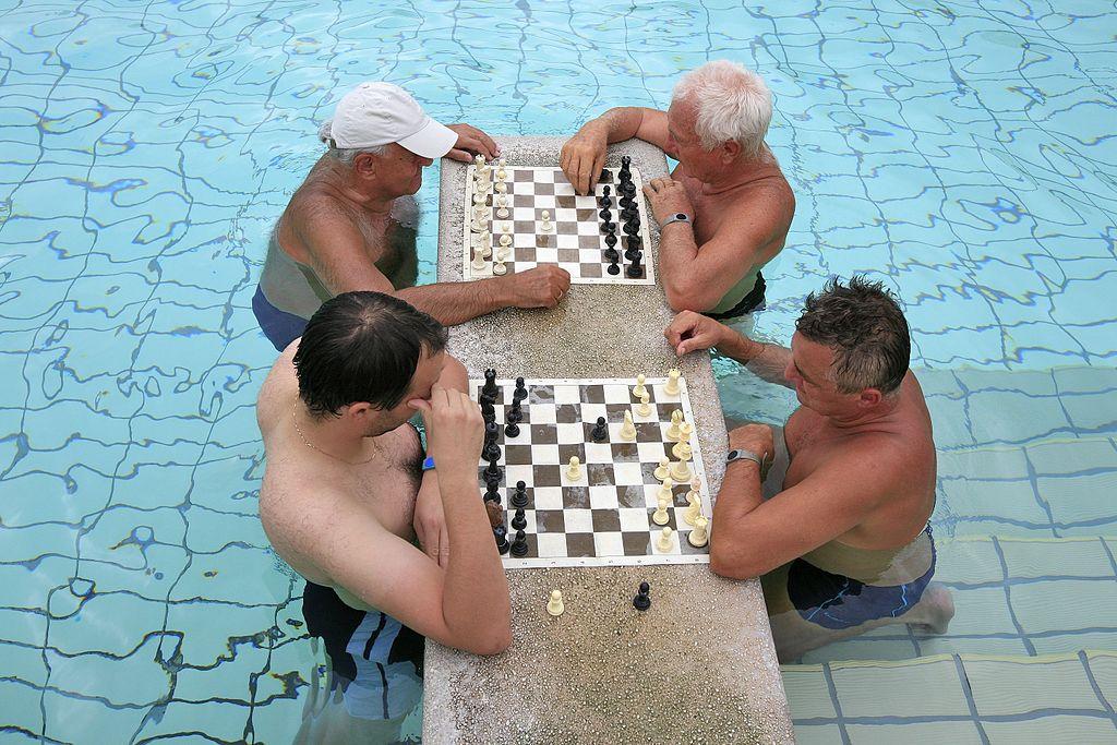 Jeux d'échec dans l'eau chaude des thermes Széchenyi à Budapest - Photo d'Alex Proimos