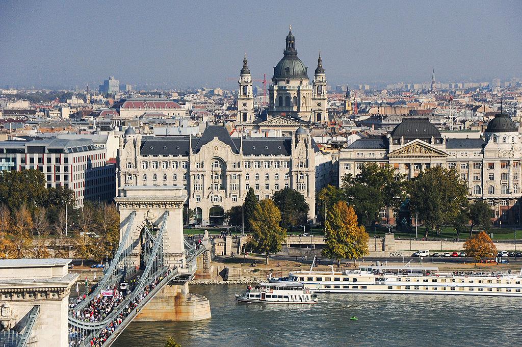 Vue sur le quartier de Lipotvaros avec le Palace Gresham aligné avec la Basilique Saint Etienne de Budapest - Photo de Mstyslav Chernov