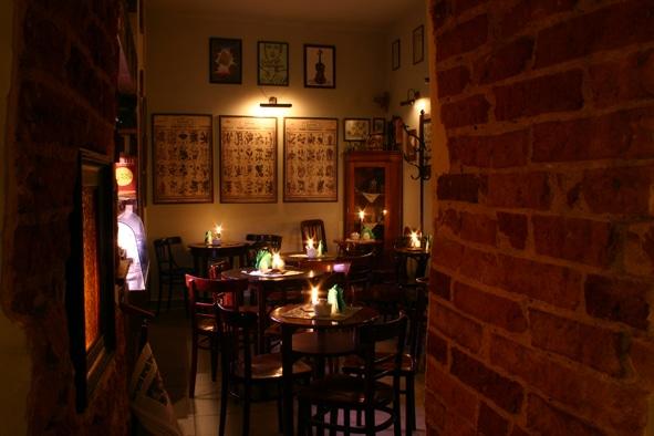 Lumière tamisée du Zakatek, Café discret et retro à Cracovie