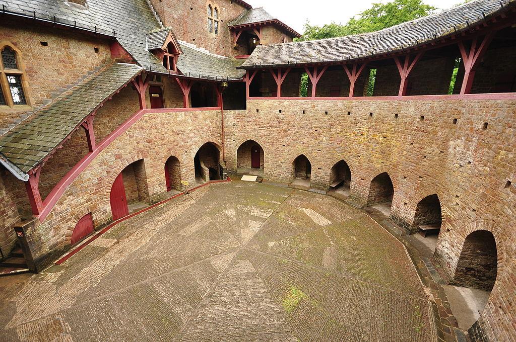 Cour intérieure du chateau Castell Coch à Cardiff - Photo de Nilfanion