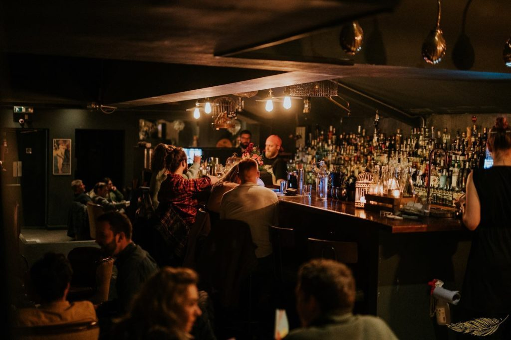 The Dead Canary à Cardiff, bar à cocktail ambiance speakeasy.