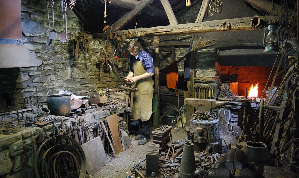 Atelier du forgeron au musée ethnographique de Cardiff - Photo de Walesi Kovács