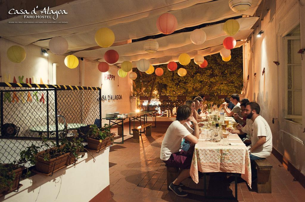 Repas commun dans l'auberge de jeunesse Casa d Alagoa à Faro.