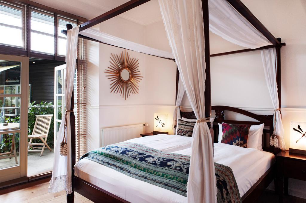 > Chambre avec lit à baldaquin dans l'hotel Carlton Guldsmeden dans le quartier de Vesterbro à Copenhague.