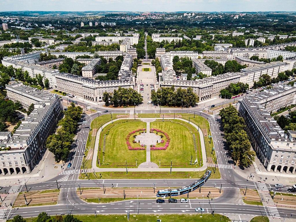 Plac Centralny au centre de l'organisation urbanistique de la Ville Nouvelle de Nowa Huta à Cracovie. Photo de Piotr Tomaszewski-Guillon dronographyapplied.com