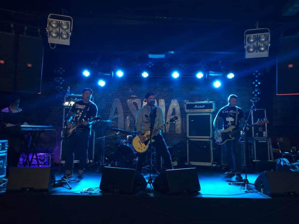 Concert du groupe The Analogs (punk rock) au Klub Zascianek de Cracovie.