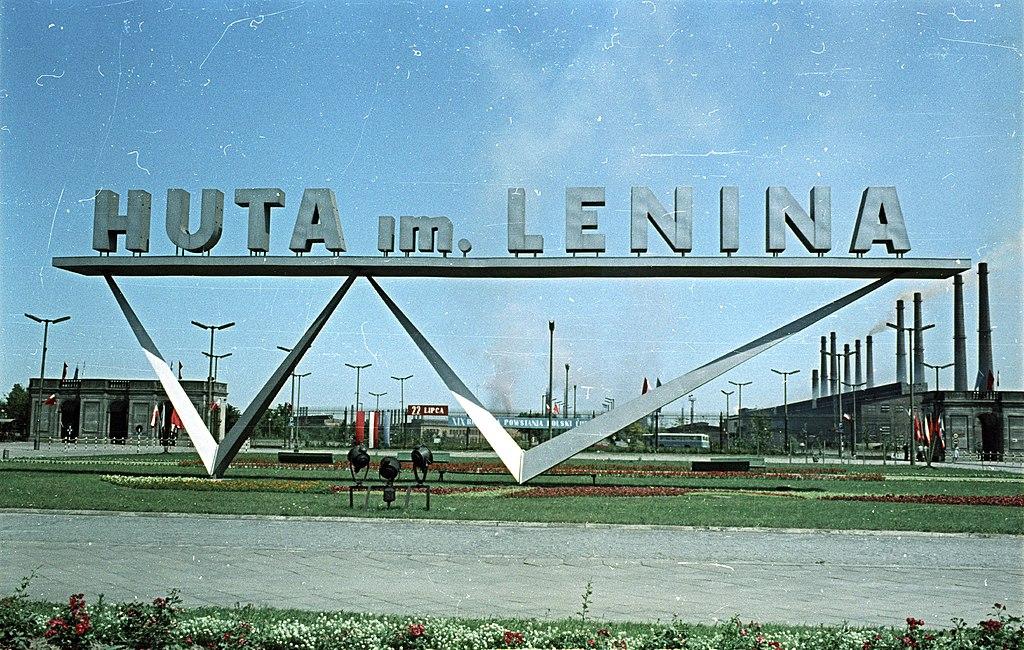 Entrée de l'usine sidérurgique Lénine à Nowa Huta, Cracovie. Après la chute du communisme, le site a été renommé. Photo Fortepan