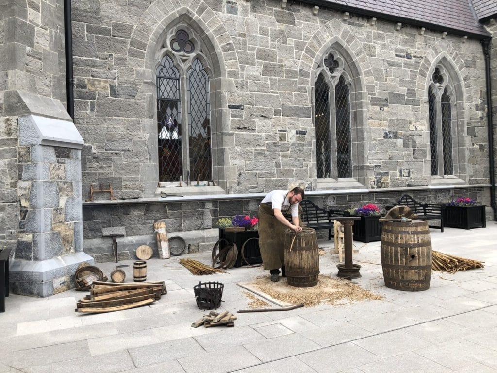 Tonnelier à la distillerie de whisky Pearse Lyons Distillery de Dublin.