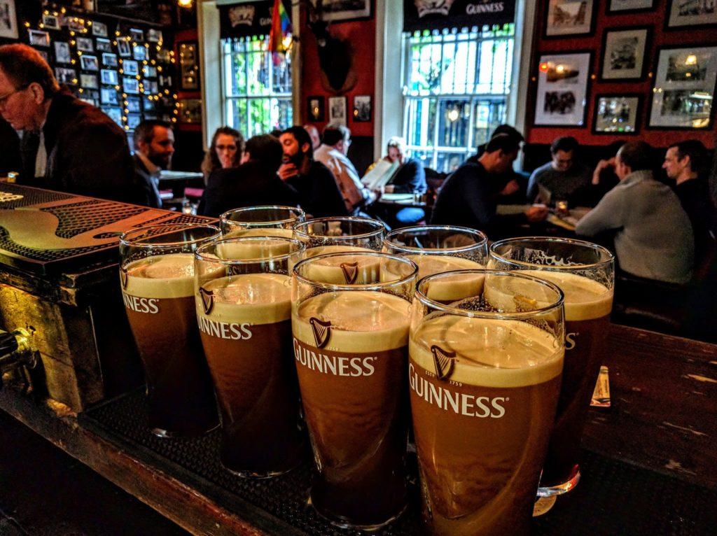 Pints de Guinness en cours de livraison au pub Brazen Head à Dublin.