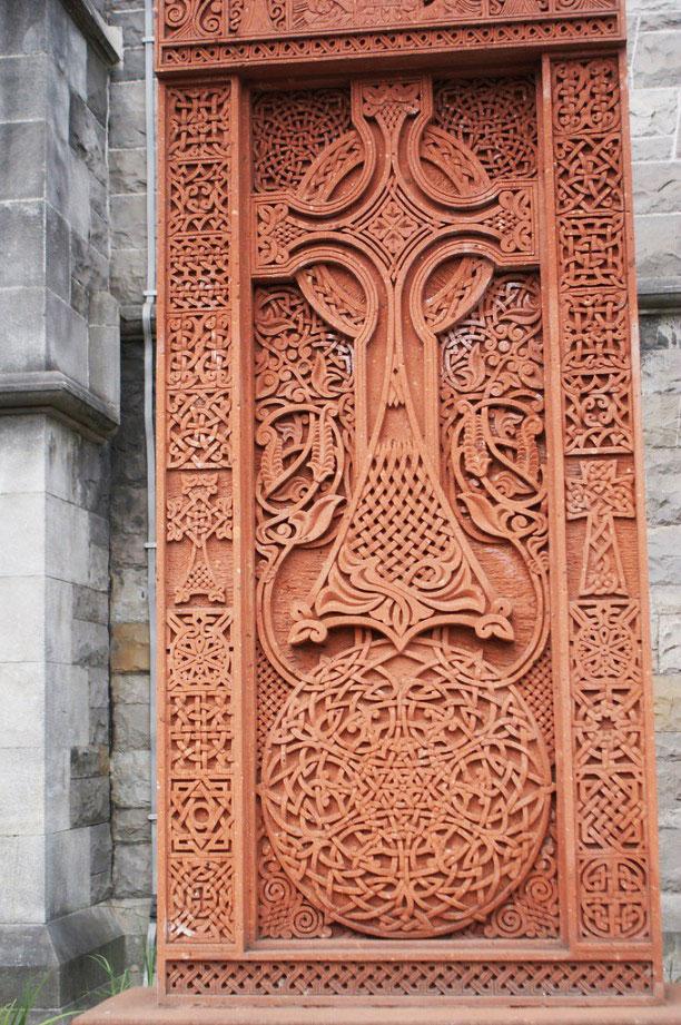 Croix en hommage au génocide arménien devant la cathédrale Christchurch à Dublin.