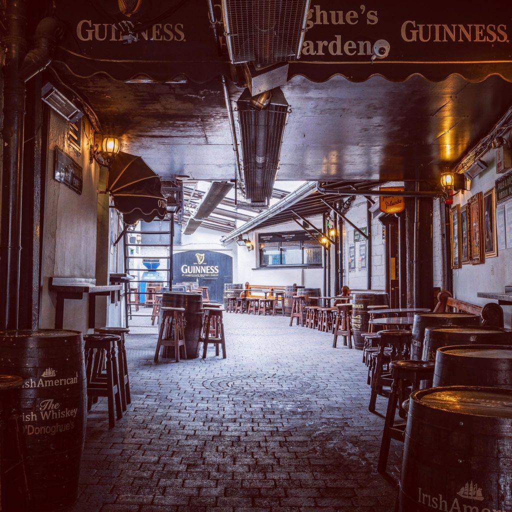 Dans la cour du pub O'Donoghues Bar à Dublin.